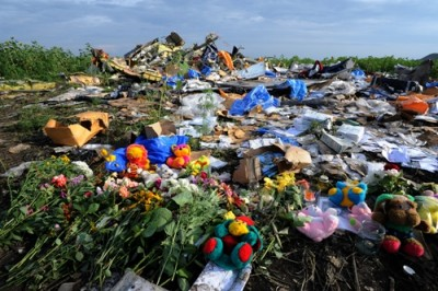 Flowers and plush toys are left at the site of the crash of a Malaysia Airlines plane carrying 298 people from Amsterdam to Kuala Lumpur in Grabove, in rebel-held eastern Ukraine, on July 19, 2014. Ukraine and pro-Russian insurgents agreed on July 19 to set up a security zone around the crash site of a Malaysian jet whose downing in the rebel-held east has drawn global condemnation of the Kremlin. Outraged world leaders have demanded Russia's immediate cooperation in a prompt and independent probe into the shooting down on July 17 of flight MH17 with 298 people on board. AFP PHOTO / DOMINIQUE FAGET